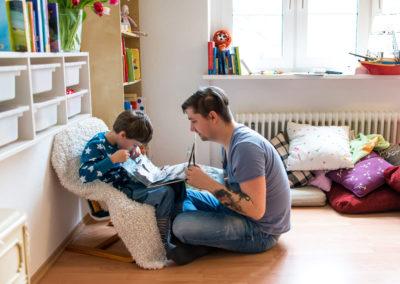 Vater und Sohn lesen